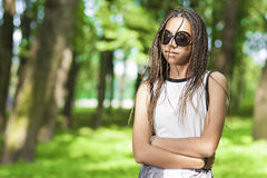 Adolescente afroamericano con i Dreadlocks lunghi Fotografia Stock