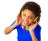 Adolescente afroamericano con las auriculares Foto de archivo libre de regalías