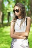 Adolescente afroamericano con los Dreadlocks largos Fotos de archivo libres de regalías