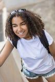 Adolescente afroamericano de la muchacha de la raza mixta con la mochila Fotografía de archivo libre de regalías