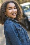 Adolescente afroamericano de la muchacha de la raza mixta con los dientes perfectos Imágenes de archivo libres de regalías