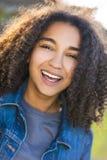 Adolescente afroamericano de la muchacha de la raza mixta con los dientes perfectos Fotos de archivo libres de regalías