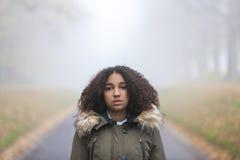 Adolescente afroamericano de la muchacha de la raza mixta en niebla Foto de archivo libre de regalías