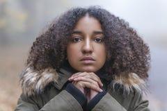 Adolescente afroamericano de la muchacha de la raza mixta en niebla Imagen de archivo
