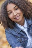 Adolescente afroamericano de la muchacha de la raza mixta hermosa Fotos de archivo