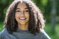 Adolescente afroamericano de la muchacha de la raza mixta hermosa Imagen de archivo libre de regalías
