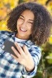 Adolescente afroamericano de la muchacha de la raza mixta que toma Selfie Fotos de archivo