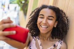 Adolescente afroamericano de la muchacha de la raza mixta que toma Selfie Imagen de archivo