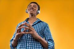 Adolescente afroamericano en auriculares medita Foto de archivo libre de regalías