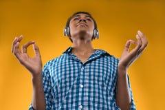 Adolescente afroamericano en auriculares medita Foto de archivo