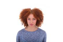 Adolescente afroamericano enojado joven aislado en la parte posterior del blanco Fotografía de archivo