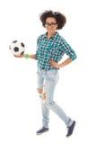 Adolescente afroamericano feliz con el balón de fútbol Imagenes de archivo