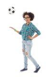 Adolescente afroamericano feliz que juega con la ISO del balón de fútbol Fotos de archivo