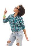 Adolescente afroamericano feliz que señala en algo el isolat Imagen de archivo