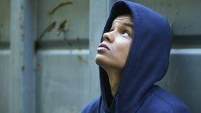 Adolescente afroamericano frustrado que oculta detrás de la frontera, inmigrante joven, pobreza almacen de video