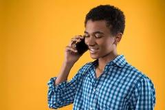 Adolescente afroamericano habla por el teléfono celular Fotos de archivo