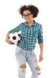 Adolescente afroamericano hermoso con el aislante del balón de fútbol Fotografía de archivo libre de regalías