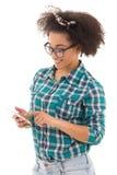 Adolescente afroamericano hermoso con el aislante elegante del teléfono Imagenes de archivo