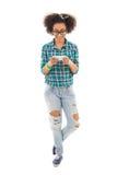 Adolescente afroamericano hermoso con el teléfono aislado Fotos de archivo libres de regalías