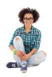 Adolescente afroamericano hermoso feliz o aislado sentada Fotografía de archivo