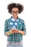 Adolescente afroamericano hermoso que envía ingenio de los mensajes del SMS Fotos de archivo