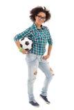 Adolescente afroamericano hermoso que presenta con el balón de fútbol Foto de archivo libre de regalías