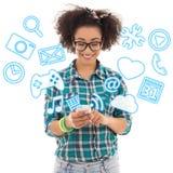 Adolescente afroamericano hermoso que usa el teléfono móvil con Imagen de archivo