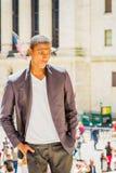 Adolescente afroamericano infeliz que piensa afuera en nuevo Yor Foto de archivo libre de regalías