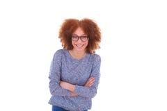 Adolescente afroamericano joven feliz aislado en la parte posterior del blanco Foto de archivo