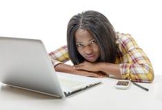Adolescente afroamericano joven hermoso con el ordenador portátil Imagenes de archivo