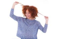 Adolescente afroamericano joven que sostiene su aislador del pelo rizado Imagen de archivo