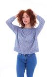 Adolescente afroamericano joven que sostiene su aislador del pelo rizado Fotografía de archivo libre de regalías