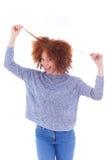 Adolescente afroamericano joven que sostiene su aislador del pelo rizado Fotos de archivo libres de regalías