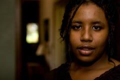 Adolescente afroamericano preocupado en casa Foto de archivo libre de regalías