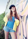 Adolescente agradável da jovem mulher perto da parede urbana Fotografia de Stock Royalty Free