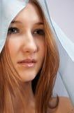 Adolescente agradable con la bufanda azul fotografía de archivo
