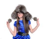 Adolescente agradable en sombrero de piel con los pompones Fotos de archivo