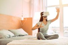 Adolescente agradable que prueba las auriculares de VR Foto de archivo
