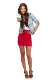 Adolescente agradable que sostiene una tarjeta en blanco Foto de archivo libre de regalías