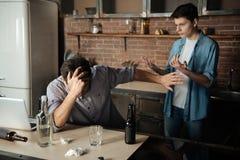 Adolescente agresivo que aumenta sus manos en papá Foto de archivo