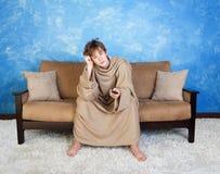 Adolescente agujereada en albornoz Fotos de archivo libres de regalías