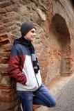 Adolescente al aire libre cerca de una pared Fotos de archivo