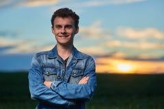 Adolescente al aire libre en la puesta del sol Imagen de archivo libre de regalías