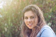 Adolescente al aire libre en luz del sol Fotos de archivo libres de regalías