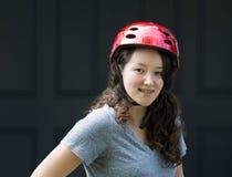 Adolescente al aire libre mientras que lleva el casco de la bicicleta Foto de archivo