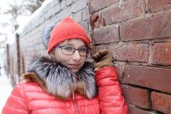 Adolescente al lado de la pared de ladrillo Imagen de archivo libre de regalías
