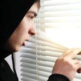Adolescente al lado de la persiana Imagen de archivo