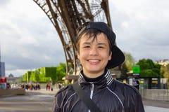 Adolescente alegre cerca de la torre Eiffel en París Foto de archivo libre de regalías