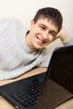 Adolescente alegre con el ordenador portátil Fotos de archivo
