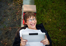 Adolescente alegre con la tableta Imágenes de archivo libres de regalías